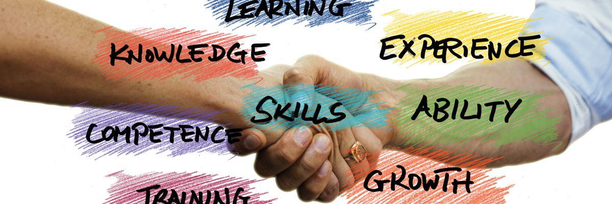 Verschiedene Fähigkeiten in Worten - farbig hinterlegt - vor zwei sich schüttelnden Händen